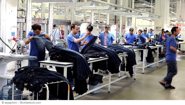 Dans l'industrie, les déclarations d'embauche de plus d'un mois augmentent de 0,4 % sur un an.